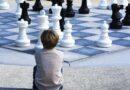 Copil dezvoltandu-si mentalul cu ajutorul jocului de sah.